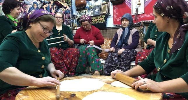 نساء تركيات من المهجرات من اليونان في أزيائهن التقليدية (الأناضول)