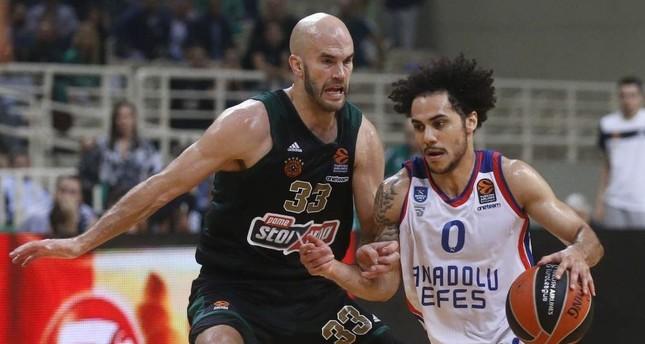 Shane Larkin of Anadolu Efes (R) dribbles past Nick Calathes of Panathinaikos, Athens, Oct. 31, 2019. (AA Photo)