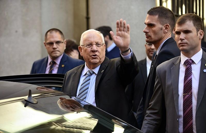 Israeli President Reuven Rivlin (C) waves as he leaves after his visit to the Sephardi Jew Museum, Toledo, Spain, Nov. 8, 2017. (EPA Photo)