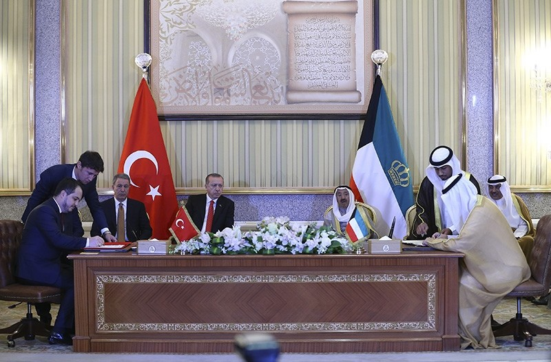 Turkish, Kuwaiti delegations attending a signing ceremony with participation of President Erdou011fan and Kuwaiti emir (AA Photo)