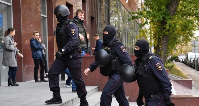 عناصر من الشرطة تداهم منازل العاملين في المنظمة المعارضة للكرملين (الفرنسية)