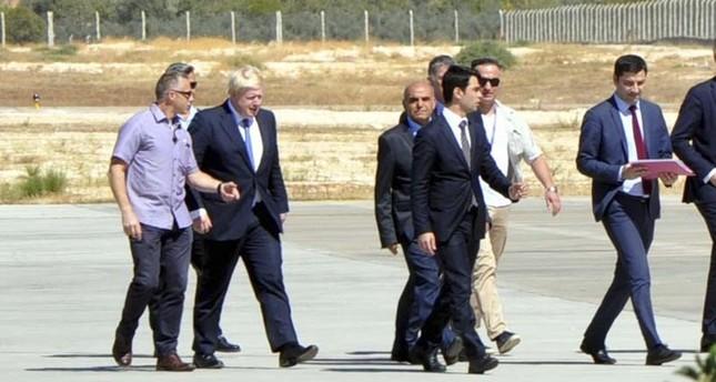 وزير خارجية بريطانيا يزور مخيماً للاجئين السوريين بتركيا