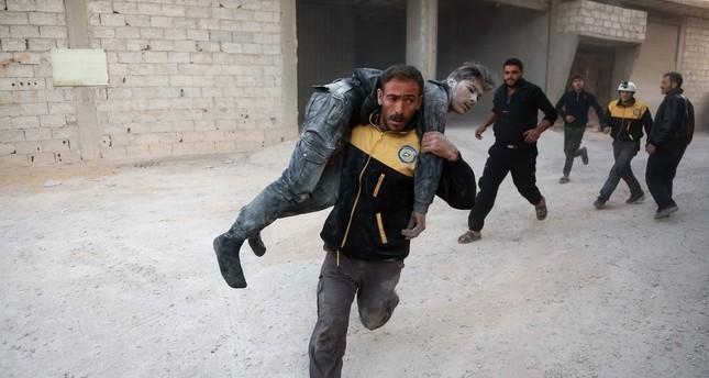 أحد أفراد الدفاع المدني الخوذ البيضاء يحاول إسعاف أحد المصابين في القصف على الغوطة الشرقية وكالة الأنباء الفرنسية