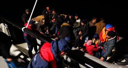 الأمن التركي يضبط 52 مهاجرًا قبالة سواحل إزمير