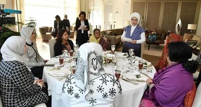 pDie türkische First Lady Emine Erdoğan veranstaltete am Mittwoch ein Mittagessen für die Ehefrauen der Staatsführer der muslimischen Welt, die sich auf einem Sondergipfel in Istanbul versammelt...