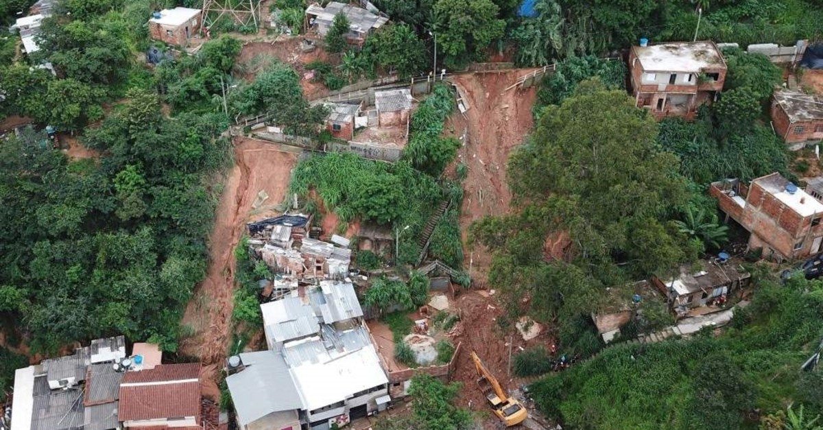 Aerial view showing rescue workers searching for five victims who were buried by a landslide in Belo Horizonte, state of Minas Gerais, Brazil, on January 25, 2020 following days of heavy rain. (Photo by DOUGLAS MAGNO / AFP)