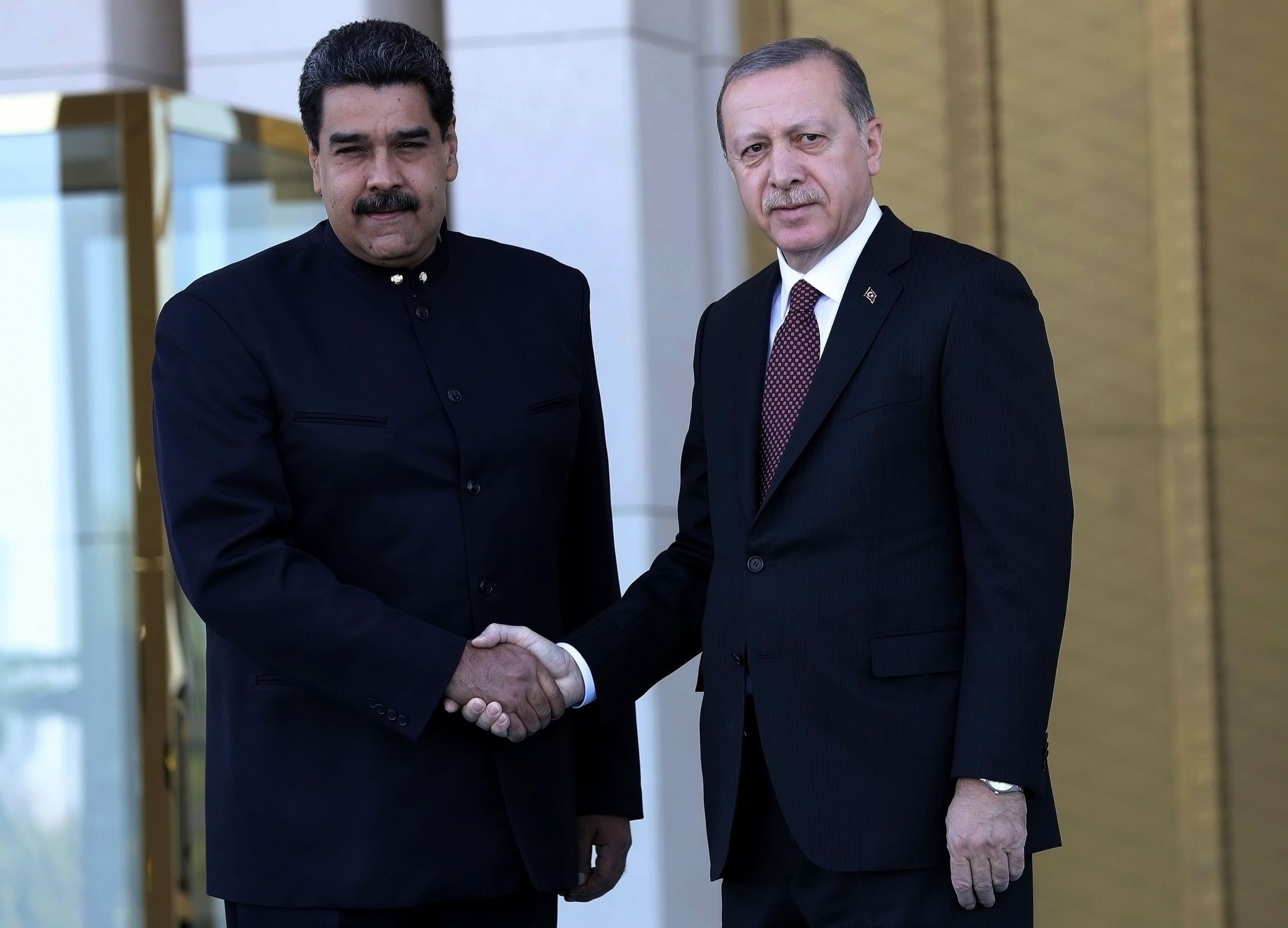 President Recep Tayyip Erdou011fan (R) welcomes Venezuelan President Nicolas Maduro at the Presidential Complex in Ankara, on October 6, 2017. (AFP Photo)