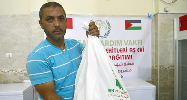 هيئة إغاثة تركية توزّع لحوم أضاحي على العائلات فقيرة بغزة