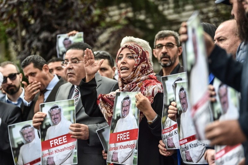 Nobel Peace Prize laureate Yemeni Tawakkol Karman (R), flanked by Egyptian opposition politician Ayman Nour (L), holds pictures of Jamal Khashoggi during a demonstration in front of the Saudi Arabian consulate on Oct. 8, 2018 in Istanbul. (AFP Photo)