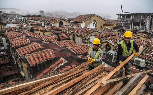 Employees work on the top of Istanbul's iconic marketplace, the Grand Bazaar during its renovation on March 1, 2017 in Istanbul. (AFP Photo)
