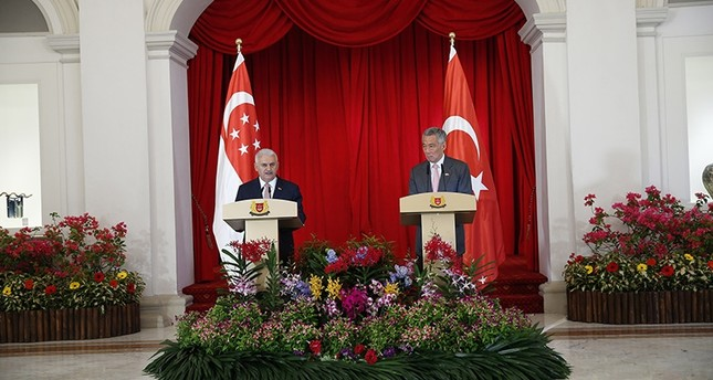 PM Binali Yıldırım (L) holds a press conference with Singaporean counterpart Lee Hsien Long at the prime ministry office in Singapore, Aug. 21, 2017. (AA Photo)