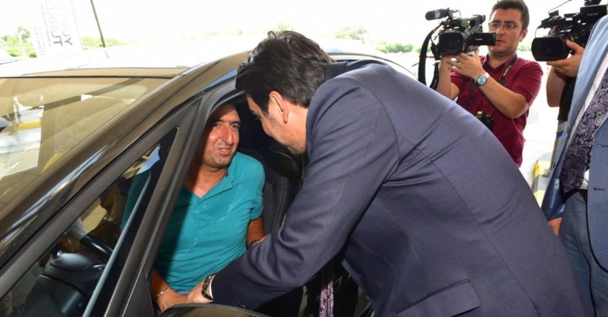 YTB President Abdullah Eren chats with a Turkish expat at the Kapu0131kule Border Gate on the Turkish-Bulgarian border, July 23, 2019.