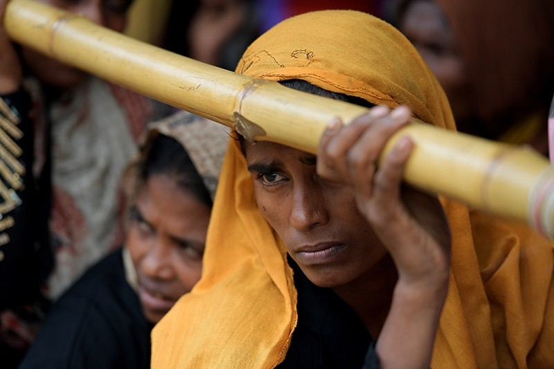Rohingya women line up to receive aid at the Balukhali food distribution center near Cox's Bazar, Bangladesh, Dec. 11, 2017. (EPA Photo)