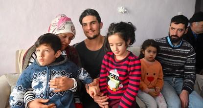 لحظات مؤثرة للقاء السوري محمود بسيدة تركية أنقذها من تحت الركام في ألازيغ