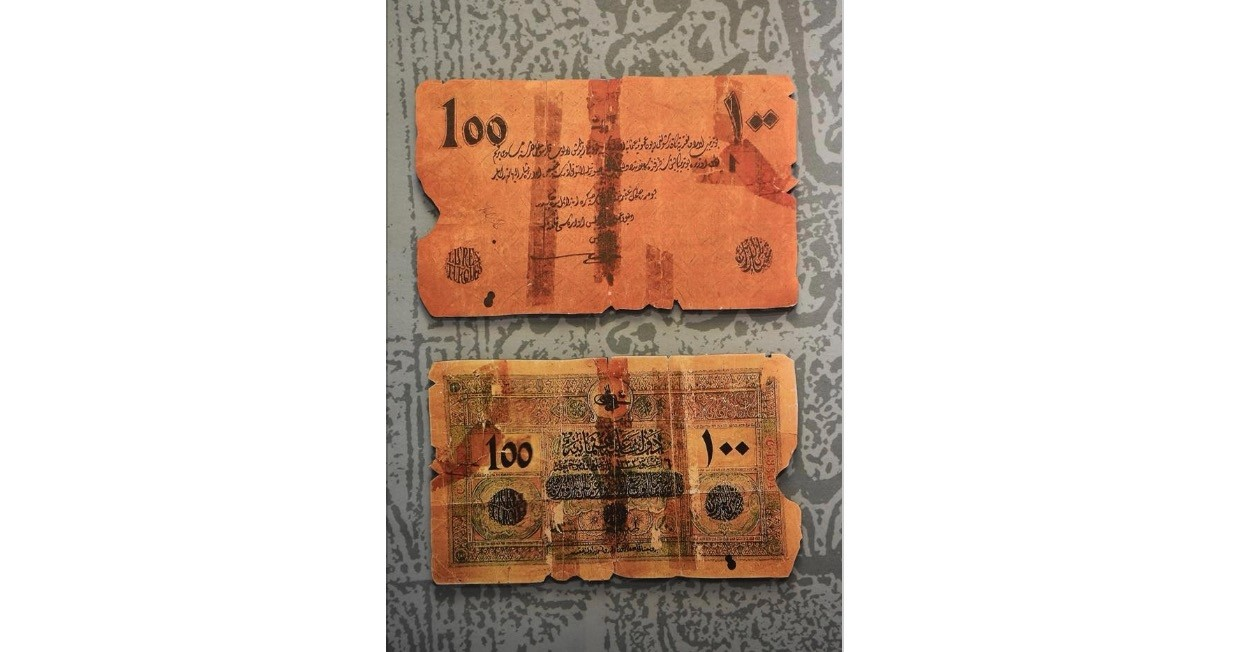 Money and shares of important periods are on display in the exhibition.