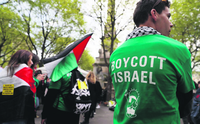 Protesters in Paris demonstrate against Israel's first officially sanctioned new West Bank settlement in more than 25 years, April 1, 2017.