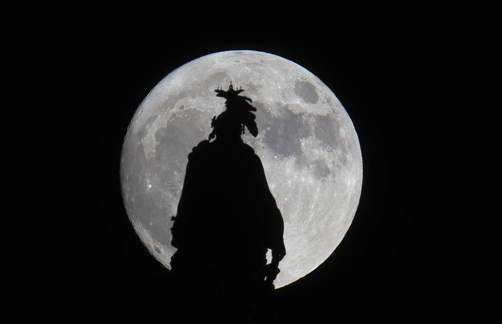 A super moon rises over the Statue of Freedom on the Capitol dome in Washington, DC November 13, 2016. AFP Photo