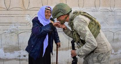 صورة لجندي تركي يقبل يد مسنة تركية تلقى رواجاً على مواقع التواصل الاجتماعي
