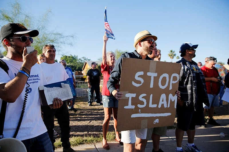 Demonstrators shout during a ,Freedom of Speech Rally Round II, outside the Islamic Community Center in Phoenix, Arizona, May 29, 2015. (Reuters Photo)