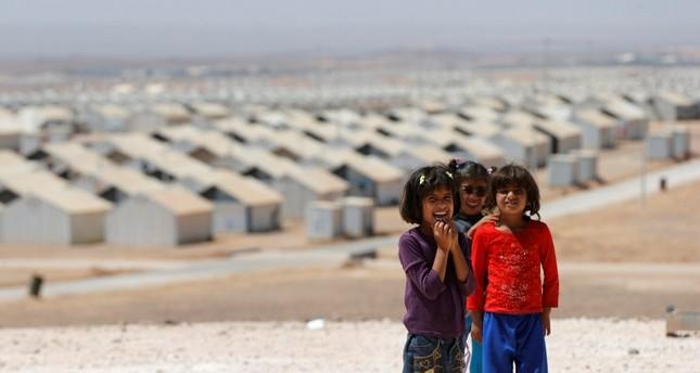 أطفال ومن ورائهم مخيم الزعتري (من الأرشيف)