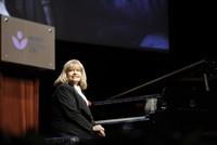 Пианистка Идиль Бирет пригласила Путина на свой концерт в Сочи