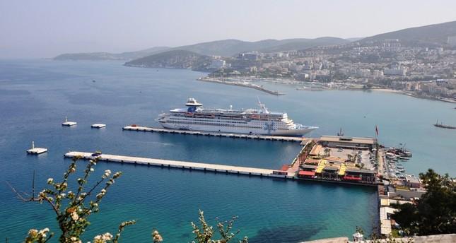 سفينة نقل سياحي كروز راسية في ميناء آيدن التركي (الأناضول)