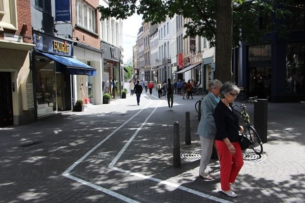 Texting while walking – Belgium launches special lanes for phone addicts