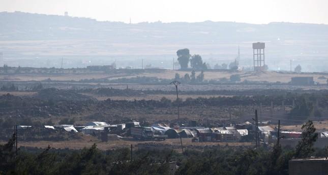 الحدود السورية كما تبدو من الجانب الإسرائيلي وتظهر في المقدمة خيام النازحين مؤخراً (EPA)