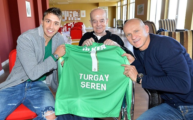 In this file photo, Galatasaray's Uruguayan goalkeeper Fernando Muslera (L) and goalkeeper trainer and part of the legendary squad that won the UEFA Cup in 2000, Claudio Taffarel (R), pay a visit to Turgay Şeren in Florya district. (AA Photo)