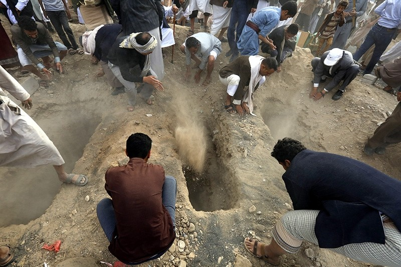 Yemenis bury the bodies of Houthi rebels allegedly killed during recent fighting at Yemen's western coast areas, during the funeral procession at a cemetery in Sanaa, Yemen, June 9, 2018. (AFP Photo)