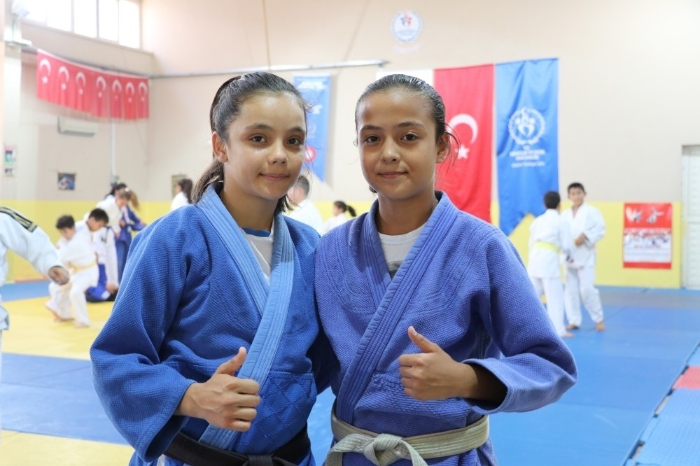 Emine u0130kra Candan (R) won gold in the 36-kilo category and Sudenaz Buruk won in the 32-kilo category.