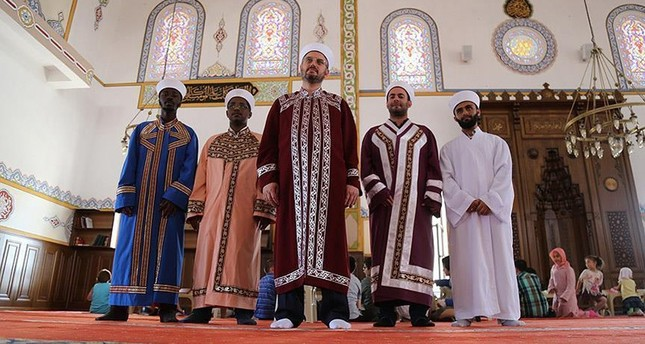 6 أئمة من جنسيات مختلفة يؤمون صلاة التراويح في مسجد تركي