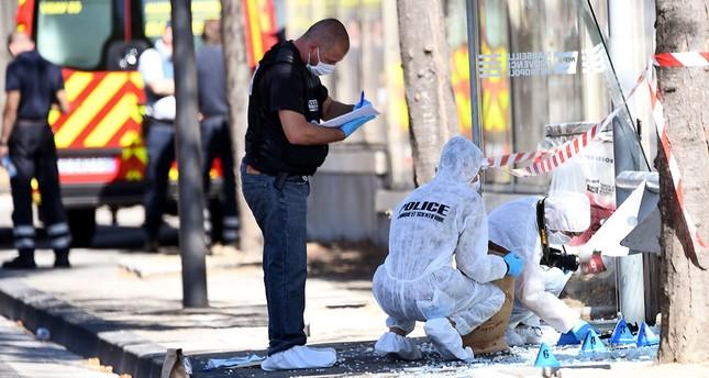Fahrzeug rast in Bushaltestelle - Frau stirbt