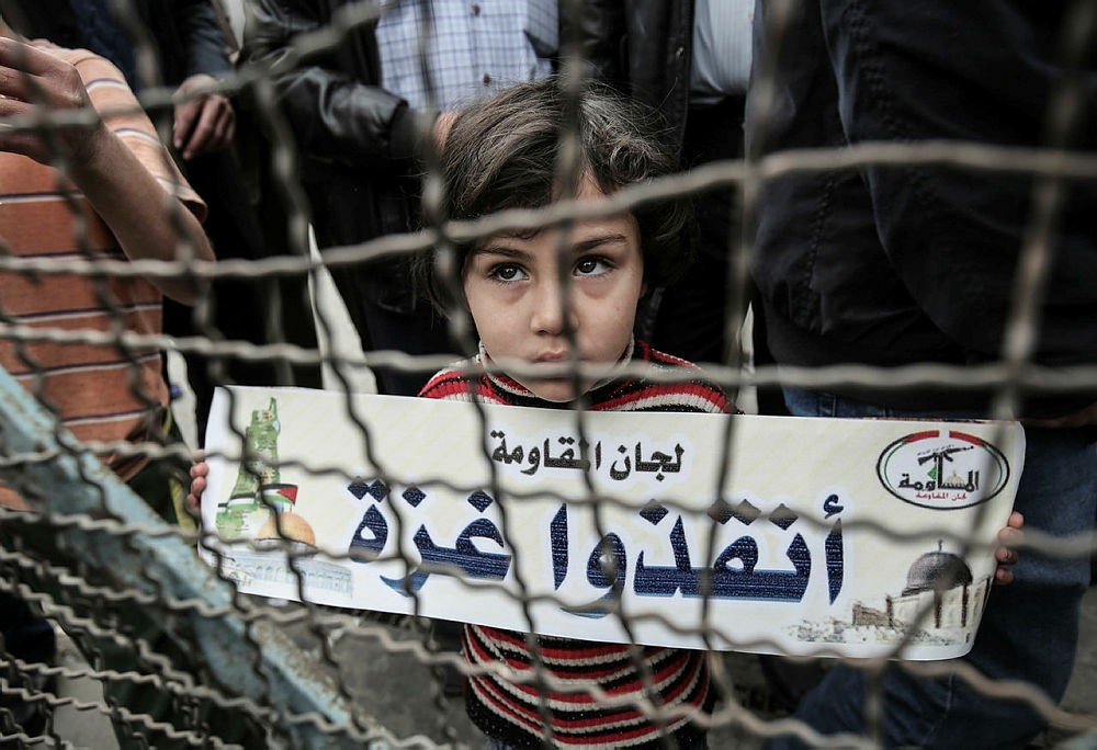 Palestinians take part in a protest against the U.S. move to freeze funding for the U.N. agency for Palestinian refugees (UNRWA) at the Rafah refugee camp in the southern Gaza Strip, Feb. 6, 2018. (AFP Photo)