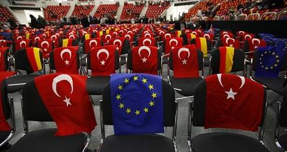 قال وزير شؤون الاتحاد الأوروبي، كبير المفاوضين الأتراك، عمر جليك، إنه لم يعد ممكنا إحراز أي تقدم في ملفات التفاوض الخاصة بالعضوية، دون عقد قمة تركية أوروبية.  واعتبر جليك، خلال تصريح صحفي في مطار...