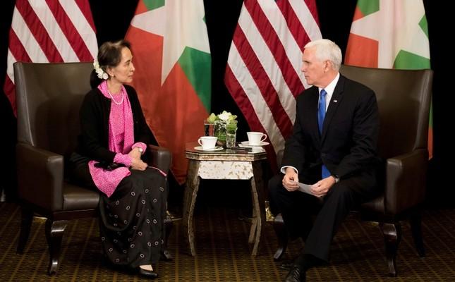Вице-президент США Майк Пенс на встрече с госсоветником Мьянмы Аун Сан Су Чжи в Сингапуре, 14 ноября 2018 г. (Фото: AP).