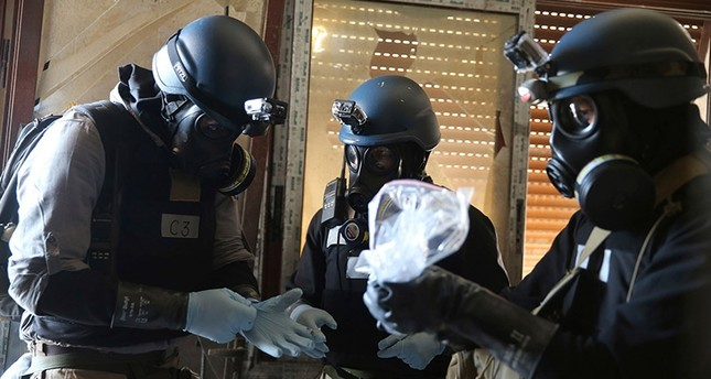 U.N. chemical weapons expert holds samples from one of the sites of a chemical weapons attack in the Ain Tarma neighbourhood of Damascus in August, 2013. (Reuters Photo)