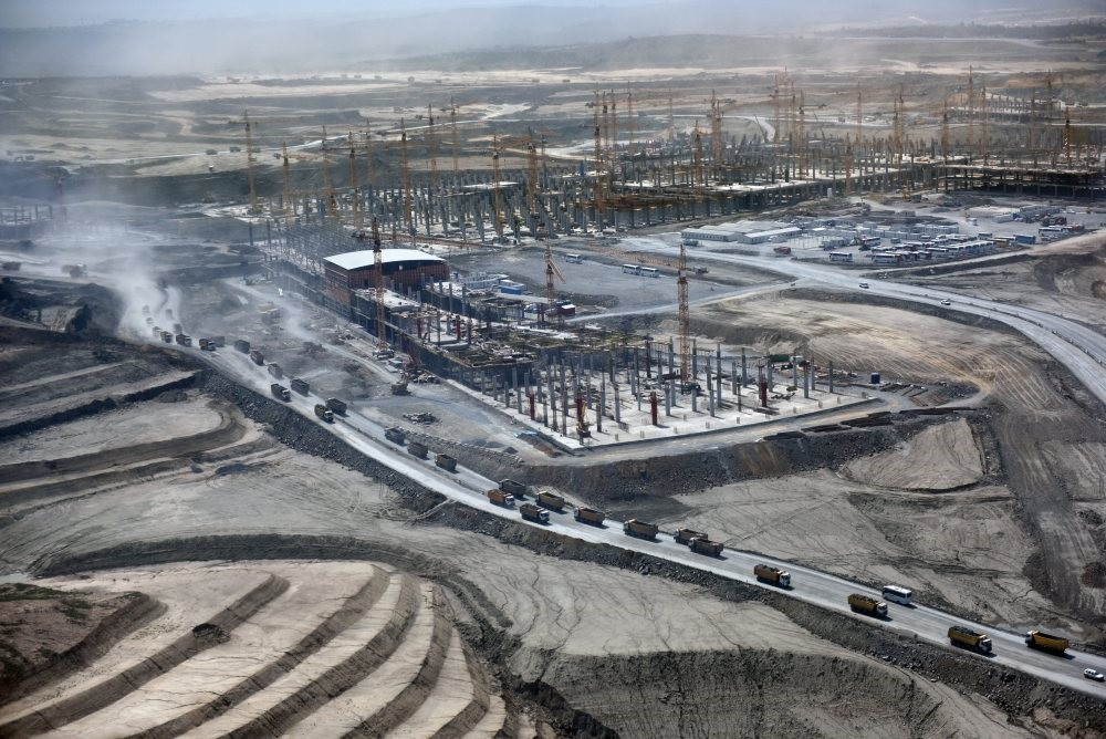 The third airport being built in Istanbul is almost half complete. It is planned to make the first part of the huge complex, with a passenger capacity of 90 million per annum, operational early next year. (Photo: Sabah / Kutup Dalgaku0131ran)