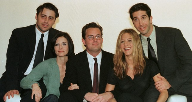 The cast of the American TV sitcom Friends L to R Matt LeBlanc, Courteney Cox, Matthew Perry, Jennifer Aniston and David Schwimmer pose on March 25, 1998. Reuters Photo