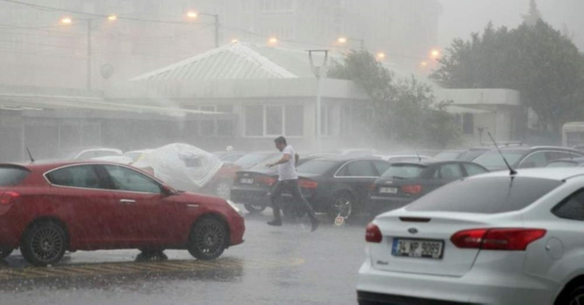 This file photo shows heavy rainfall hit Istanbul in July 2017, flooding streets and causing a disruption in public transport. (AA Photo)