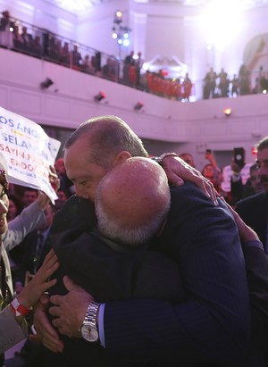 Abubakir Serag hugs President Erdoğan (IHA Photo)