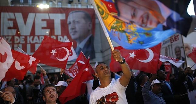 أردوغان يهنئ زعيمي العدالة والتنمية والحركة القومية بمناسبة الفوز في الاستفتاء