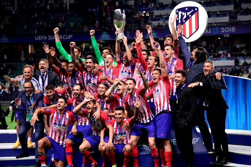 Atletico Madrid's players celebrate with the trophy at the end of the UEFA Super Cup football match between Real Madrid and Atletico Madrid at the Lillekula Stadium in the Estonian capital Tallinn on August 15, 2018. (AFP Photo)