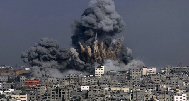 This file photo taken on July 29, 2014 shows clouds of heavy smoke billowing into the air following an Israeli military strike in Gaza City on July 29, 2014. (AFP Photo)