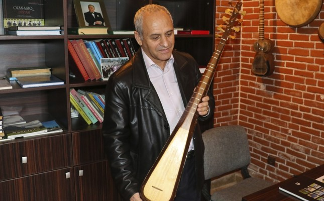 İhtiyar Seyidov gives small concerts with his instrument to visitors.