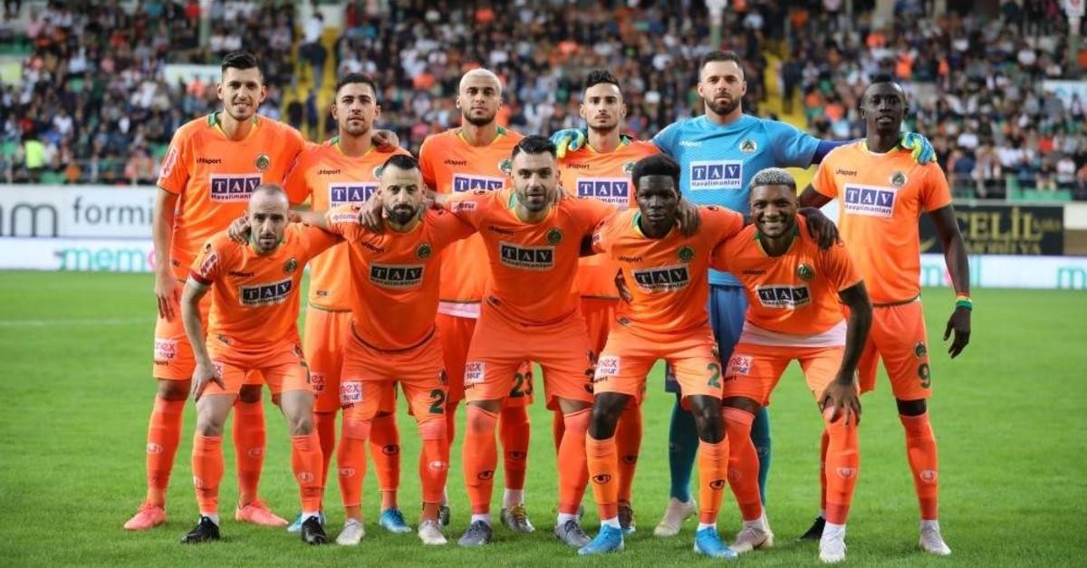 Alanyaspor players pose on the sidelines of a match against Medipol Ba?ak?ehir, Antalya, Nov. 2, 2019. (DHA Photo)
