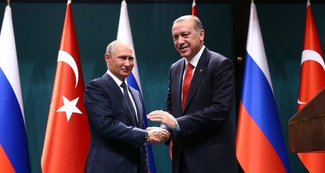 Putin (L) and Erdoğan (R) shake hands after holding a joint press conference. (File photo)