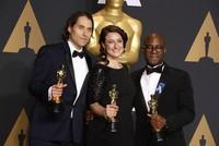 Riesenpanne bei den Oscars: Die Schauspieler Warren Beatty und Faye Dunaway haben den falschen Gewinner vorgelesen und damit für enorme Verwirrung gesorgt.  Zuerst verkündeten sie, das Musical...