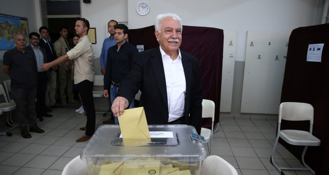 VP Chairman and presidential candidate Doğu Perinçek casts his vote for Turkey's presidential and parliamentary elections at a school in Istanbul's Beşiktaş district, June 24, 2018. (AA Photo)