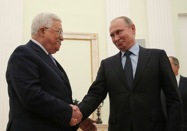 Russian President Vladimir Putin (R) shakes hands with Palestinian President Mahmoud Abbas during a meeting at the Kremlin in Moscow, Russia February 12, 2018. (Reuters Photo)